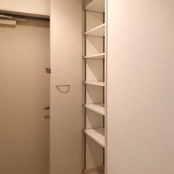 シューズボックスは奥行きたっぷり、可動棚で収納しやすいです(※写真は1階の同間取り別部屋、清掃前のものです)