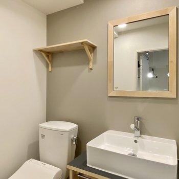 木製の鏡や棚がかわいいですね。