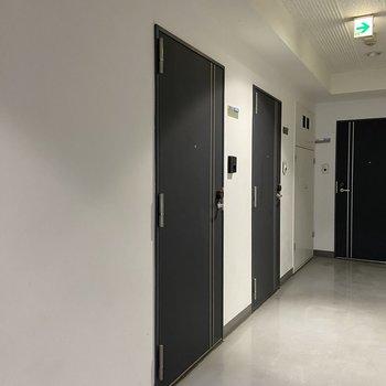 シックな紺色の玄関扉です。