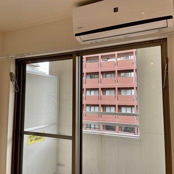 窓には室内物干しフックが備わっていました。