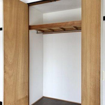 クローゼットは棚を置いて整理しやすいように!