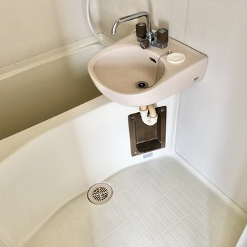 お風呂場。ひねるタイプの蛇口です。