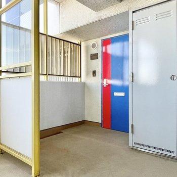 【共用部】ドアは赤いラインがアクセントに。