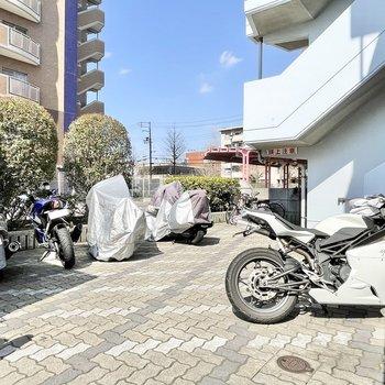 【共用部】バイク置き場もありますよ。