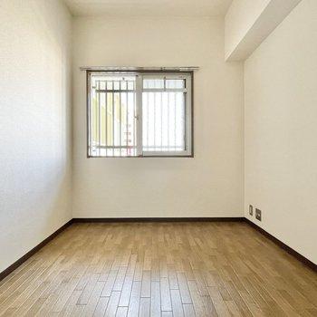 洋室も窓を開けると気持ちいい風が入ります。