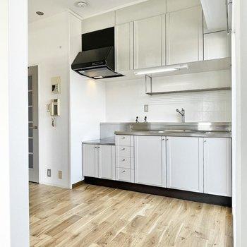 キッチンはグレージュカラーで優しい雰囲気に。