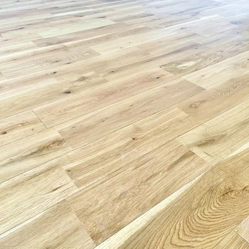 床は木目が特徴的なオーク材を使用。