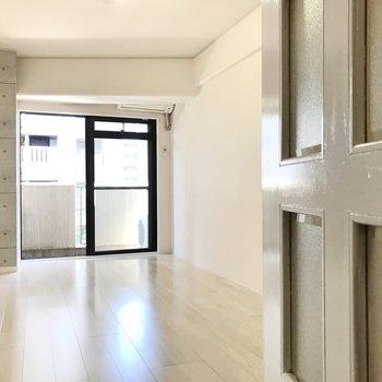 扉を開けるとシンプルな空間がお出迎え!