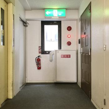 共用廊下綺麗です。チョコレートのような扉が可愛い