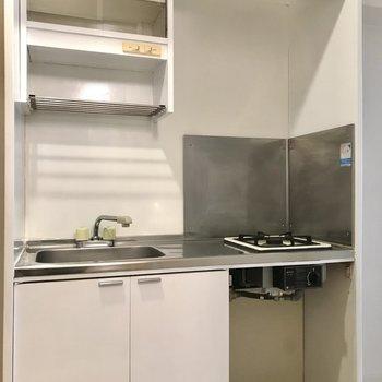 キッチンはコンパクト、ひとり分のお皿なら入りますよ(※写真は工事中のものです)
