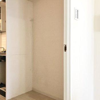 キッチン横は冷蔵庫とラックが入る広さです◯