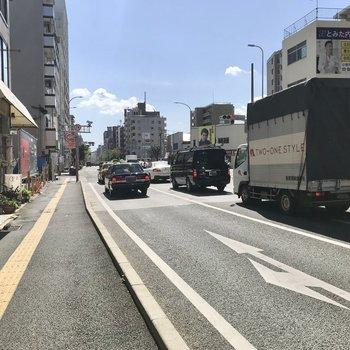 大通りにはバス停もありますよ!