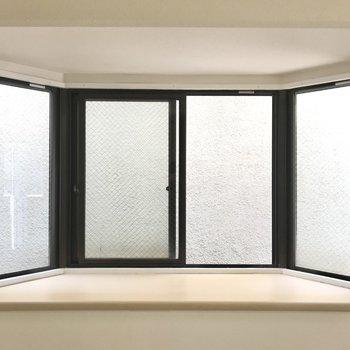 窓の先は壁なので視線は気になりません◯ スツールを置いてプチデスクにしたい!(※写真は工事中のものです)