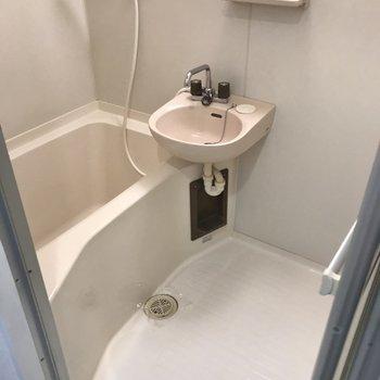 お風呂は2点ユニットバス。隙間がなくてお掃除楽ちん!