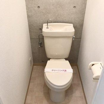 トイレはシンプル。コンセントがあるのでウォシュレットの後付け可能です!