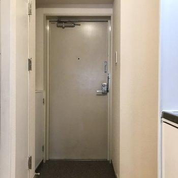 玄関前に洗濯機置き場がありました