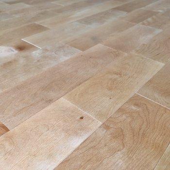 【イメージ】バーチの無垢床は優しい色合いなんです