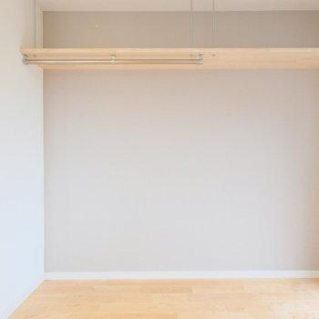 吊り棚タイプのもの。あなた好みの使い方を※写真は4階の似た間取り、別部屋のもの