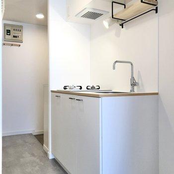 廊下にあるキッチンは白で統一。