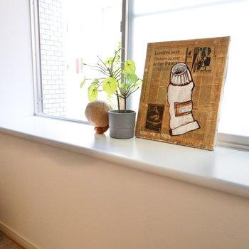 出窓で植物を育ててみませんか?カラテアなんかオススメですよ。