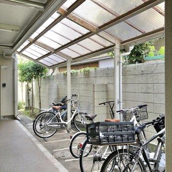 屋根付きの駐輪場がすぐそばに。