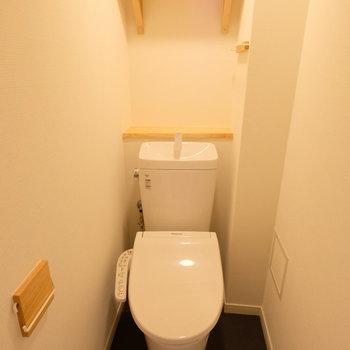 トイレも新しく!個室なのも嬉しいポイント。※写真は4階の似た間取り、別部屋のもの ※床の色が異なります