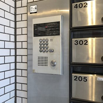 メールボックス横にオートロック操作盤