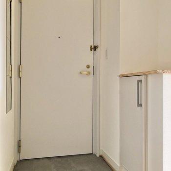 玄関からキッチンまでの床はグレーのフロアタイルです※写真は4階の似た間取り、別部屋のもの