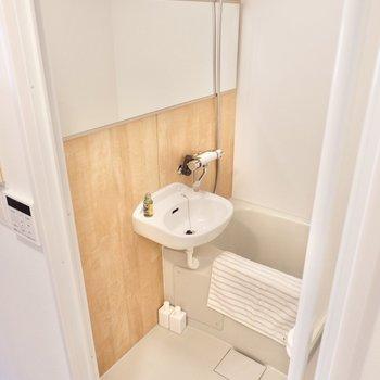 浴室はワイドな鏡が便利ですね。木目調のパネルがリラックス感をアップ!
