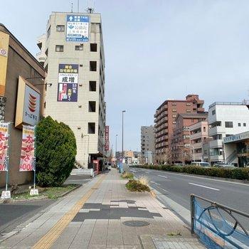お部屋前の大通り沿いには飲食店やコンビニがありました。