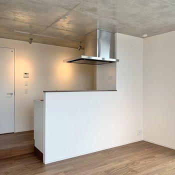 【LDK】キッチン手前に長テーブルを置くと、食事スペースをコンパクトに収められます。