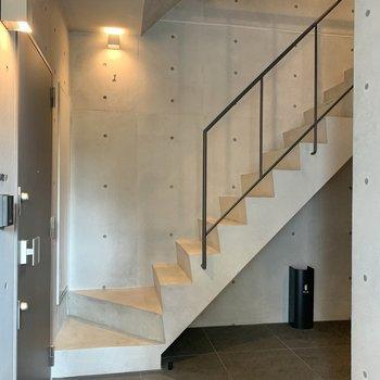 お部屋までは階段。内覧時に実際に上ってご確認を。