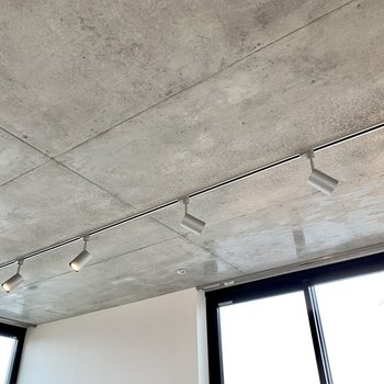 【LDK】天井はコンクリートとライティングレールでかっこよく。