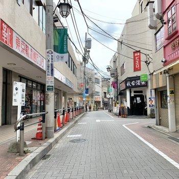 駅周辺には商店街が広がります。