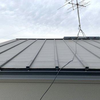 そしてもう一方の窓からはお隣さんの屋根。風通しは◯