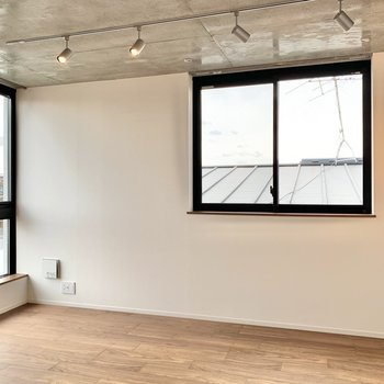 【LDK】大きめの窓は二面採光。明るく開放的に感じます。