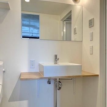 大きな鏡が美しい洗面台!