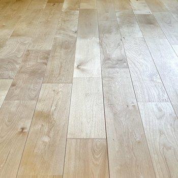 足元には肌触りの良い無垢材の床。