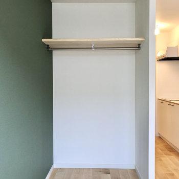収納はオープンタイプで広く見えます※写真は1階の同間取り、別部屋のもの