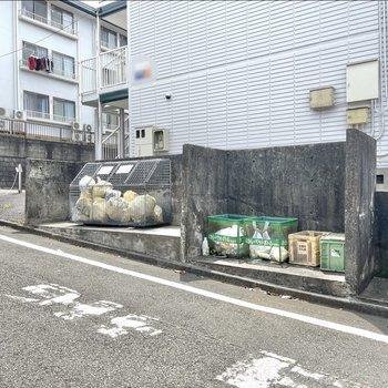 ゴミ捨て場は公道面にあります。