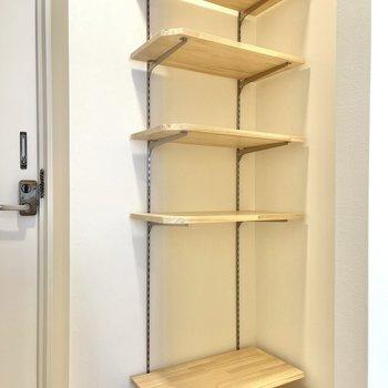 棚板が可動式の棚も隣に。靴や洗剤なども置けます。