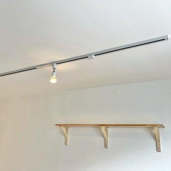 天井にはライティングレールが走っています。