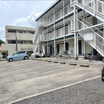 駐輪場と駐車場は建物の正面に。(駐車場空き要確認)