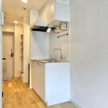 白でスッキリデザインのキッチン。