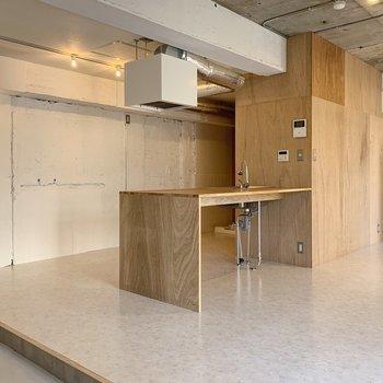 真ん中のキッチンで空間をわけて、家具配置を考えると良さそう。