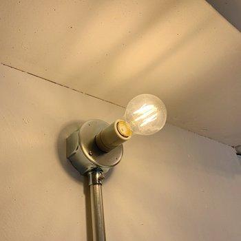 玄関のライトもかわいくて…細部までこだわりが光ります。