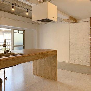 キッチン側には2人掛け程度のテーブル&チェアを。