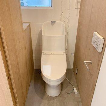 お隣はトイレ。新設されていて、壁のスイッチでウォッシュレットも◎