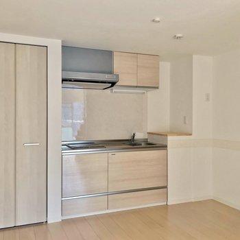 つづいてキッチンへ。冷蔵庫は右側の壁沿いに置けます。