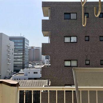 高い位置に洗濯物を掛けられます。建物が多いですが人目はあまり気になりませんよ。